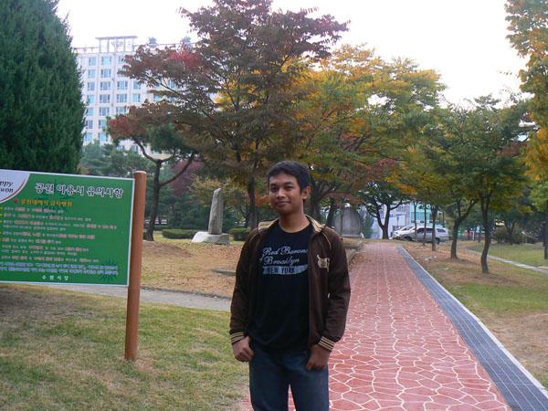 Mejeng Di Depan Olympic Park
